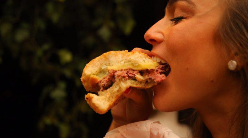 """""""A carne é tão boa que a gente come ela crua"""", disse Sebastian Watenberg, durante Burger Experience na Casa Roubadinhas de Verão"""