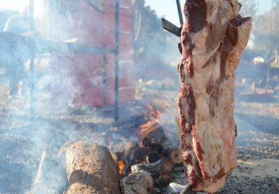 Um culto ao fogo e à beleza cênica da comida campeira em meio à Nacional HB
