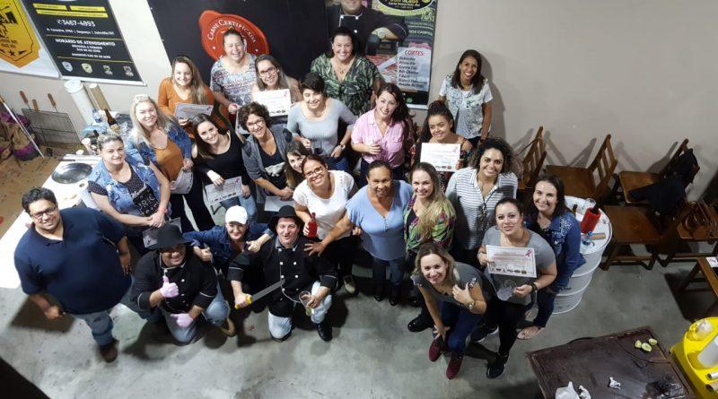 "Clube de Carnes Turatti realiza primeiro curso de ""Piloto de Churrasqueira"" feminino"